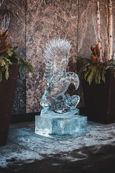 Grijze vogel beeldje op grijze betonnen tafel