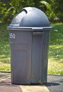 Grijze vuilnisbak