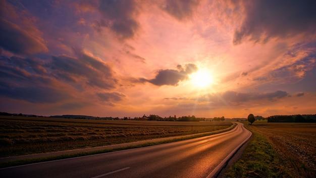 Grijze weg tijdens zonsondergang