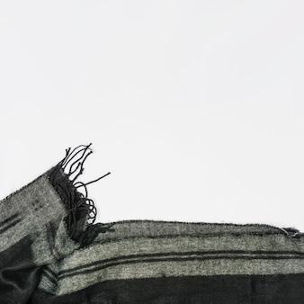 Grijze wollen sjaal gevouwen met franje