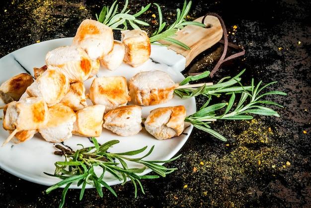 Grill, barbecuevlees. kippenvleespennen met rozemarijn