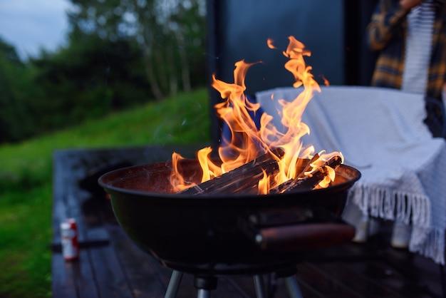 Grill brandend vuur om buiten te barbecueën