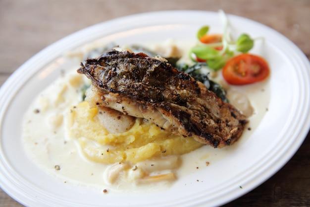 Grill zeebaarsfilets met aardappelpuree