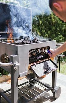 Grillen op een buitenbarbecue