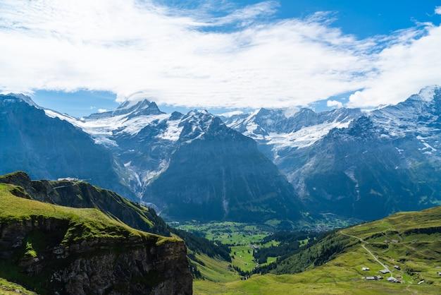 Grindelwald-dorp met alpenberg in zwitserland