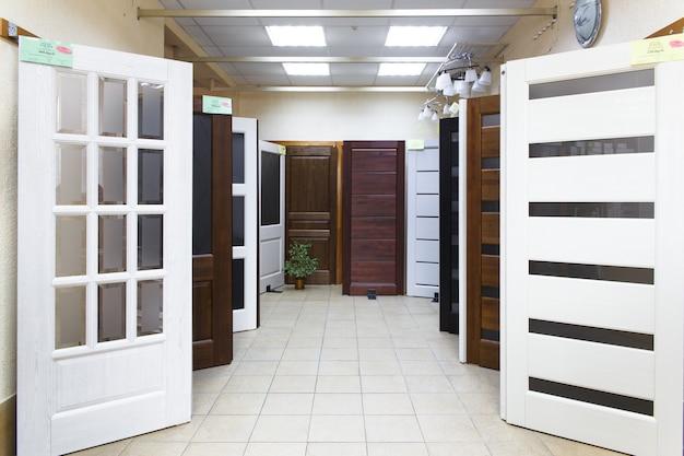 Grodno, wit-rusland - 22 juni 2018: binnendeuren te koop in een gespecialiseerde winkel. deuren zijn gemaakt van zowel hout als kunststof.