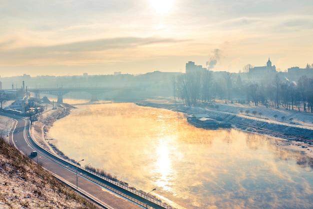 Grodno, wit-rusland. de zon weerspiegelde zich in de rivier de neman.