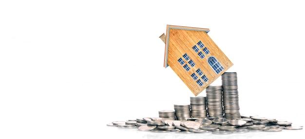 Groeiend muntenhuis op stapelmuntstukken. concept van investeringen propert