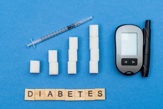 Groeiende, toenemende suikerkolommen, grafiek, spuit en woord diabetes op blauwe achtergrond