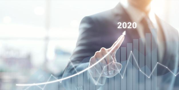 Groeisucces in 2020 concept. zakenmanplan en verhoging van positieve indicatoren in zijn zaken.