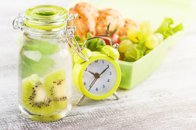 Groen alarmslot en lunchbox