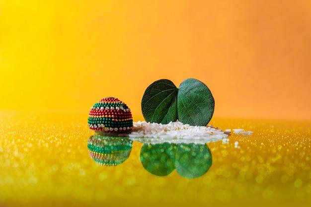 Groen blad en rijst met dussehra