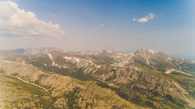 Groen bos tussen de rode bergen in de regio magadan.