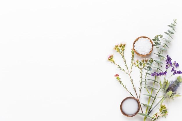 Groen cosmetisch arrangement, zeezout en handgemaakte cosmetica