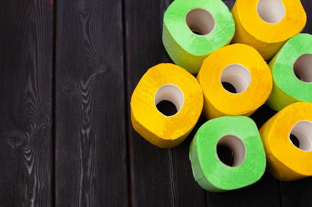 Groen en geel toiletpapier rolt bovenaanzicht
