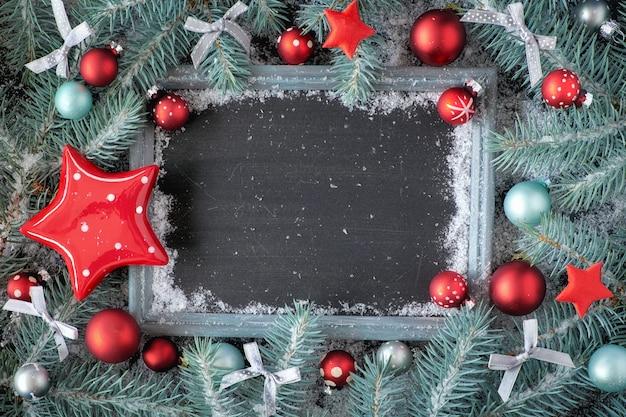 Groen en rood kerstmisoppervlak met verfraaid schoolbord