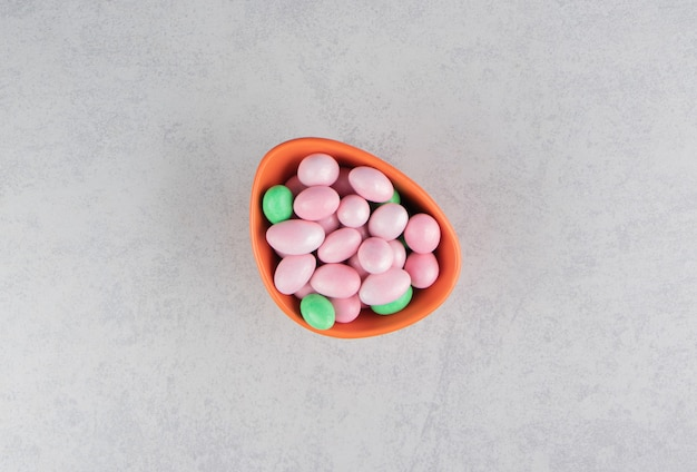 Groen en roze tandvlees in de kom op het marmeren oppervlak