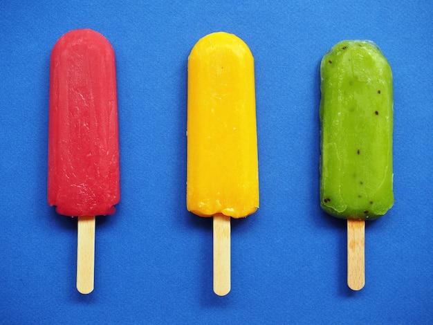 Groen geel en rood fruit ijs kiwi citroen sinaasappel aardbei framboos zomer achtergrond