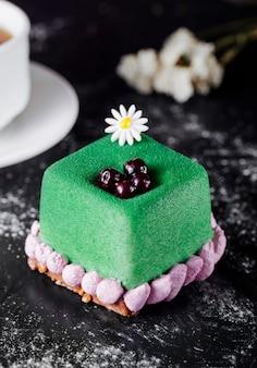 Groen gekleurde cake met bessen aan de bovenkant