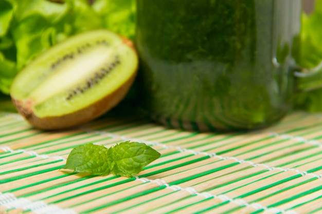 Groen gezond voedsel op bamboeservet met copyspace