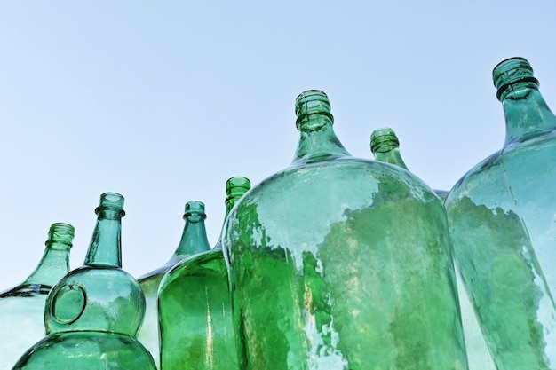 Groen glazen mandflessen blue sky grote flessen
