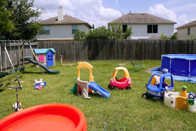 Groen gras van de kinderen het kleurrijke speelplaats thuis