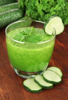 Groen groentesap op tafel close-up