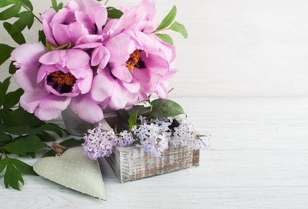 Groen hart, pioenrozen en lila bloemen