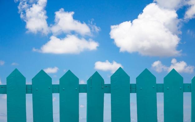 Groen hek achter de hemel