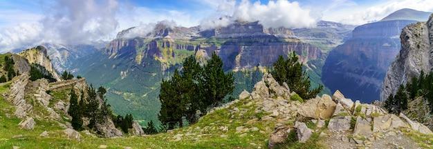 Groen hooggebergte landschap in de spaanse pyreneeën