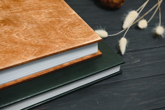 Groen huwelijks- of familiefotoboek met leren kaft. stijlvolle bruiloft fotoalbum close-up. familie fotoalbum op houten oppervlak.