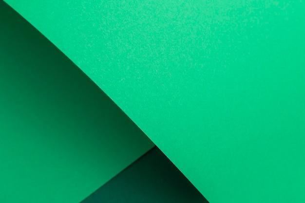 Groen kartonnen achtergrondontwerp geometrisch gevouwen. bovenaanzicht, plat gelegd.