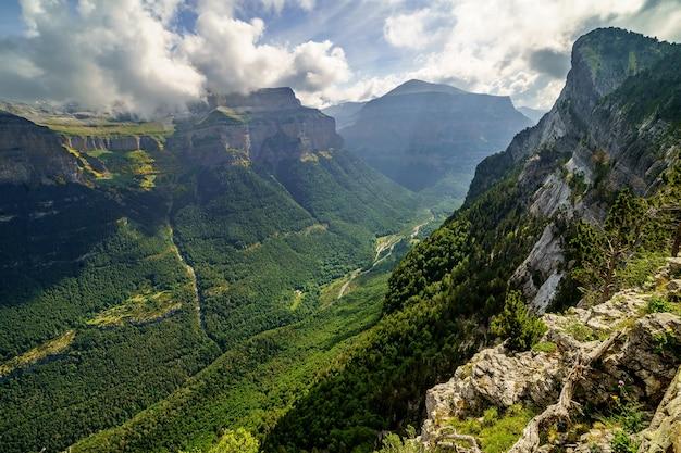 Groen landschap in de pyreneeën van de ordesa en monte perdido vallei met bergen, rotsen, bossen en lucht met wolken. bovenste luchtfoto.
