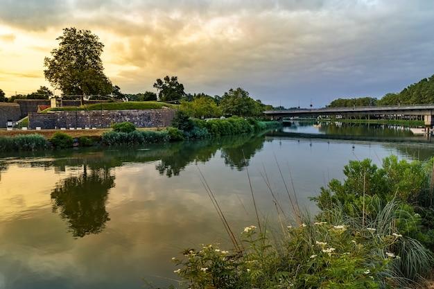 Groen landschap met reflecties op de rivier de bayonne in frankrijk. europa.