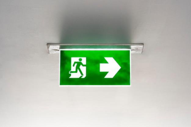 Groen nooduitgangbord aan het plafond
