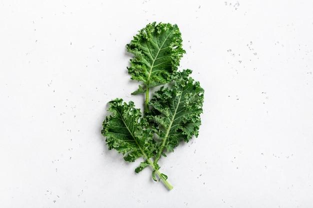 Groen organisch boerenkoolblad dat op wit wordt geïsoleerd