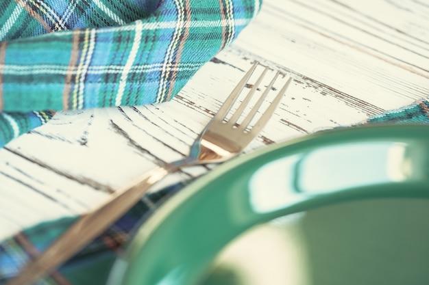 Groen plastic keukengerei op lijst dichte omhooggaand