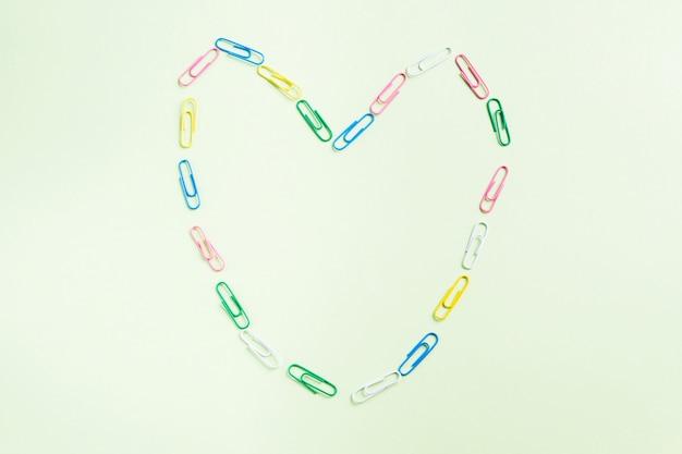 Groen plat leggen met kleurrijk clip-hartframe