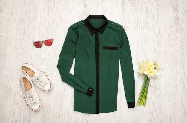 Groen shirt, bril, gympen en een boeket narcissen