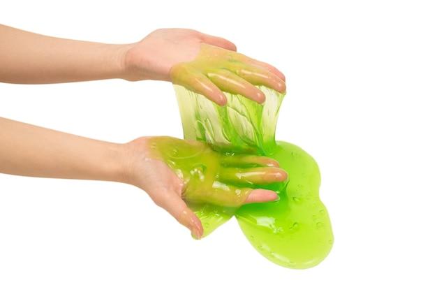 Groen slijmstuk speelgoed in vrouwenhand