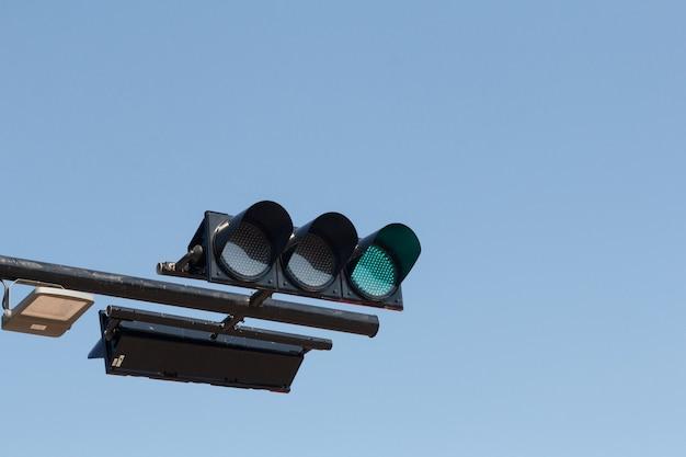 Groen verkeerslicht, geïsoleerd op de hemel