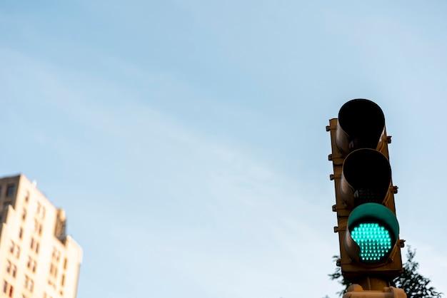 Groen verkeerslicht in de stad