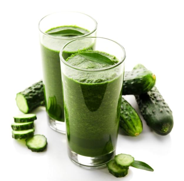 Groen vers gezond sap met komkommer die op wit wordt geïsoleerd