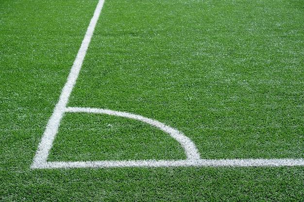 Groen voetbalveld met witte markeringslijnen