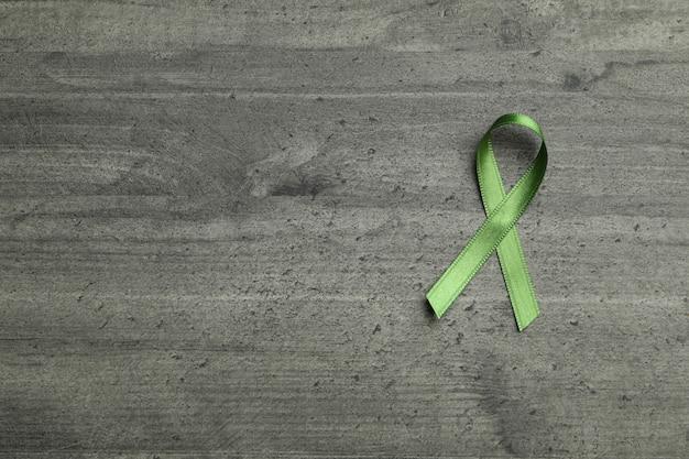 Groen voorlichtingslint op grijs geweven
