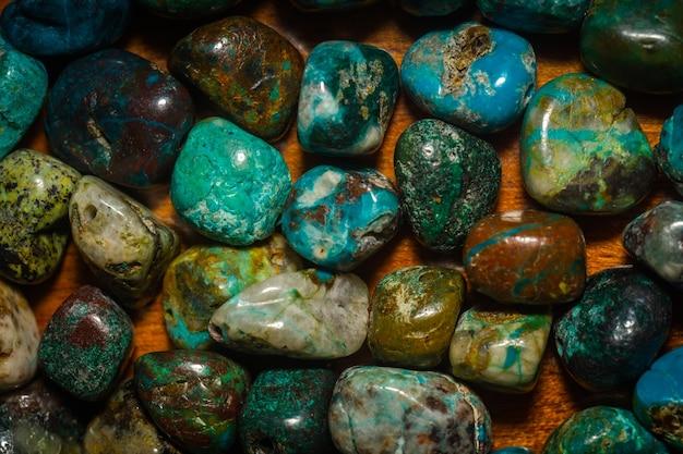Groenblauwe chrysocolla stenen kralen in onregelmatige vorm.