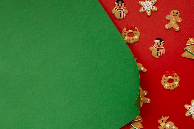 Groenboek en kerstkoekjes op rode tafel