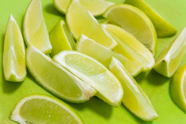 Groene achtergrond met citrusvruchten van limoenplakken
