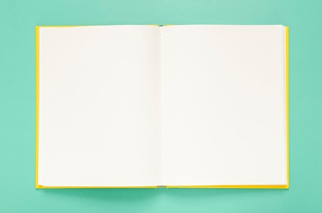 Groene achtergrond met lege notebook