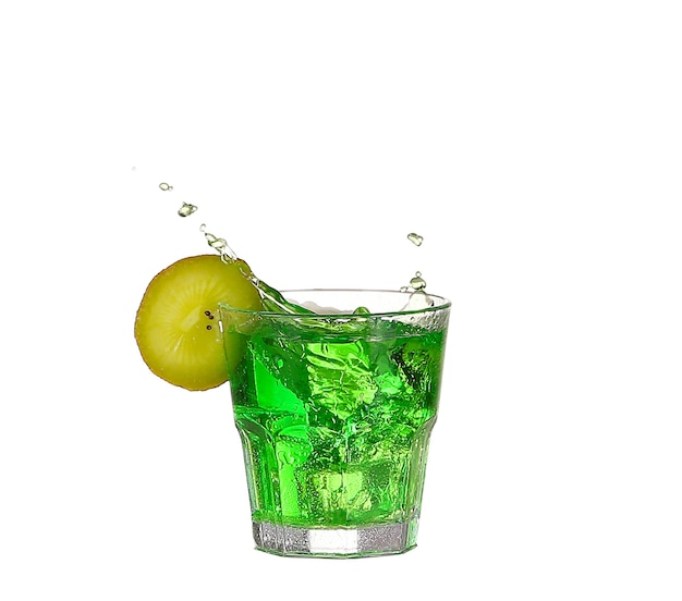 Groene alcoholcocktail met plons en groene die limoen op wit wordt geïsoleerd